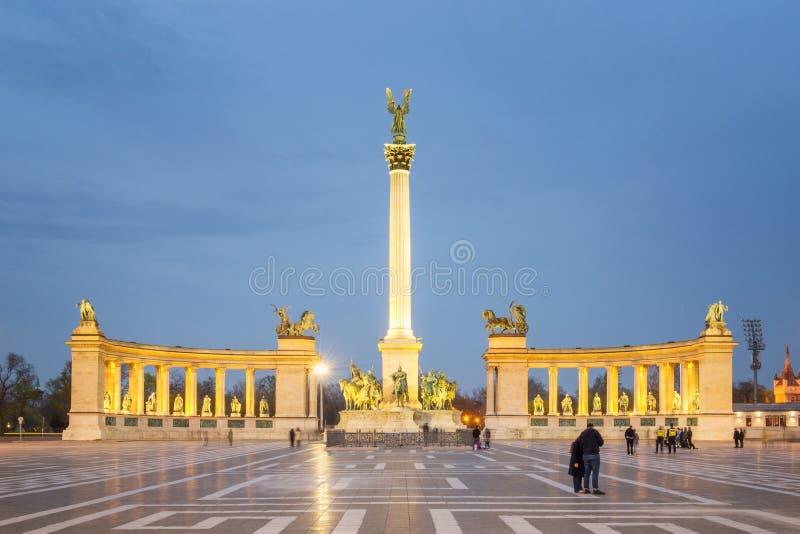 Los héroes ajustan en la noche, Budapest - Hungría imagen de archivo libre de regalías