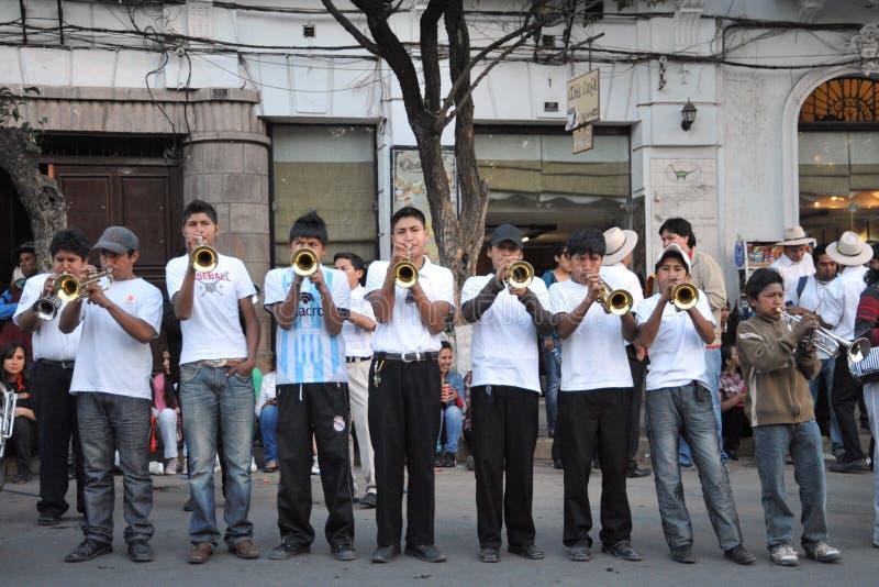 Los habitantes de la ciudad durante el carnaval adentro fotos de archivo libres de regalías