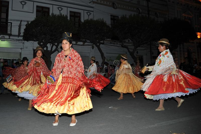 Los habitantes de la ciudad durante el carnaval adentro imágenes de archivo libres de regalías