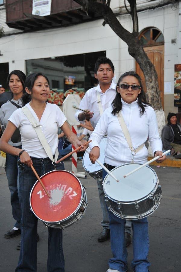 Los habitantes de la ciudad durante el carnaval adentro foto de archivo