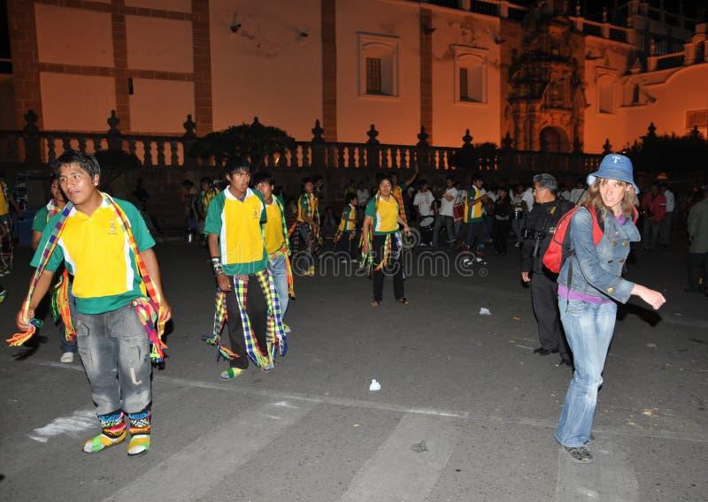 Los habitantes de la ciudad durante el carnaval adentro fotografía de archivo libre de regalías