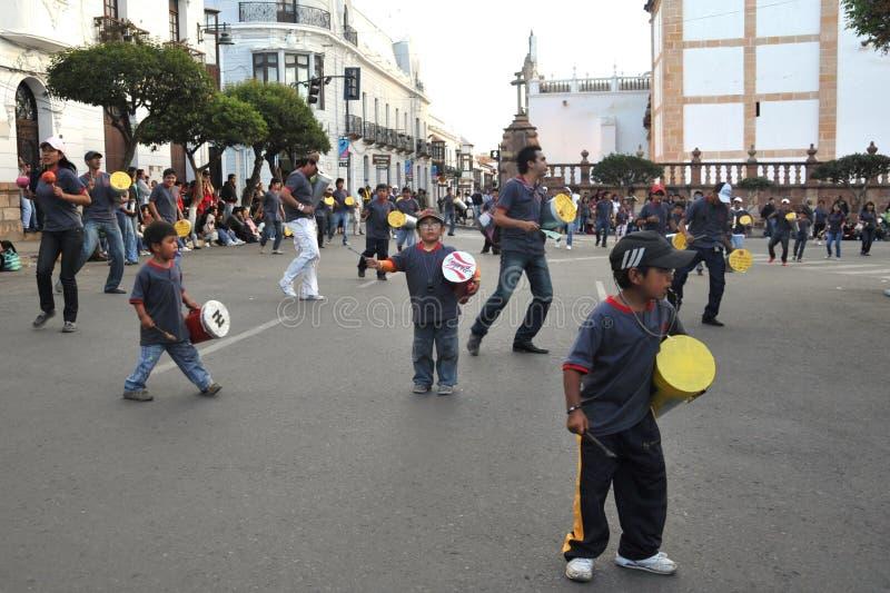 Los habitantes de la ciudad durante el carnaval adentro imagenes de archivo