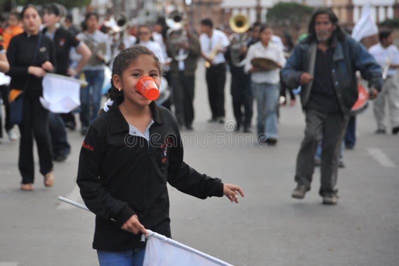 Los habitantes de la ciudad durante el carnaval adentro imagen de archivo