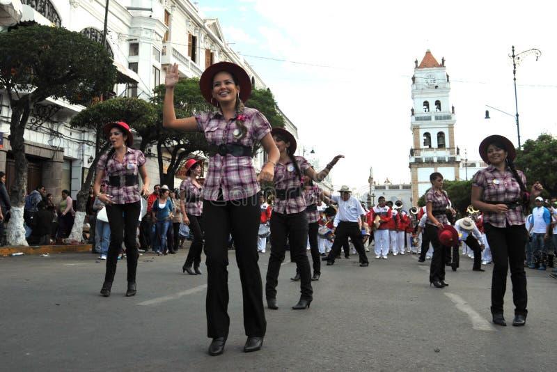 Los habitantes de la ciudad durante el carnaval adentro fotografía de archivo