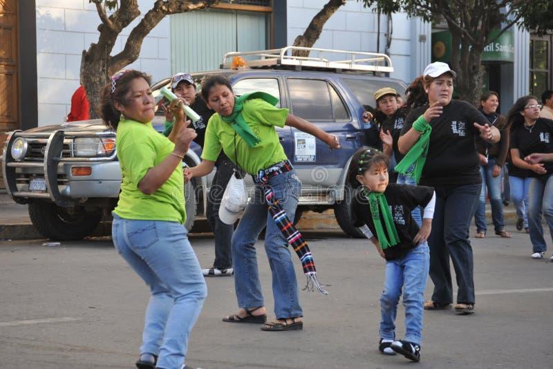 Los habitantes de la ciudad durante el carnaval adentro fotos de archivo