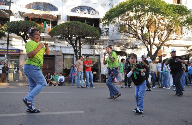Los habitantes de la ciudad durante el carnaval en honor de la virgen de Guadalupe imagen de archivo libre de regalías