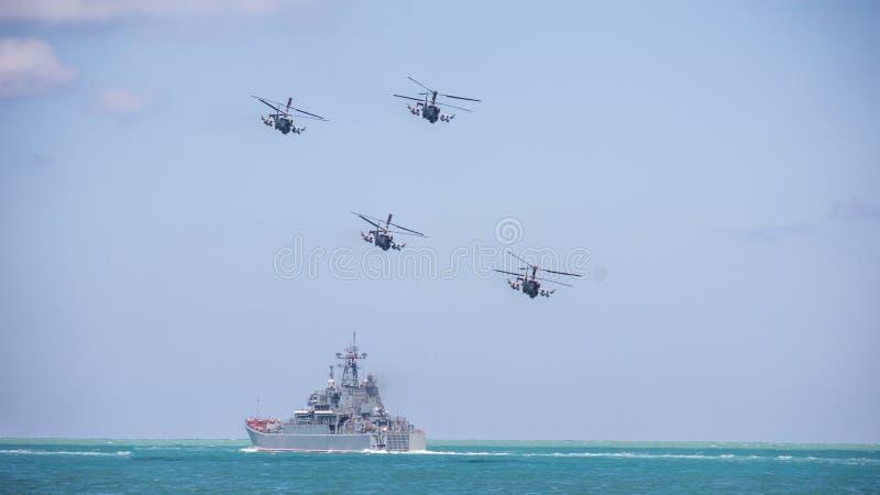 Los helicópteros militares contra el cielo azul Rusia foto de archivo libre de regalías