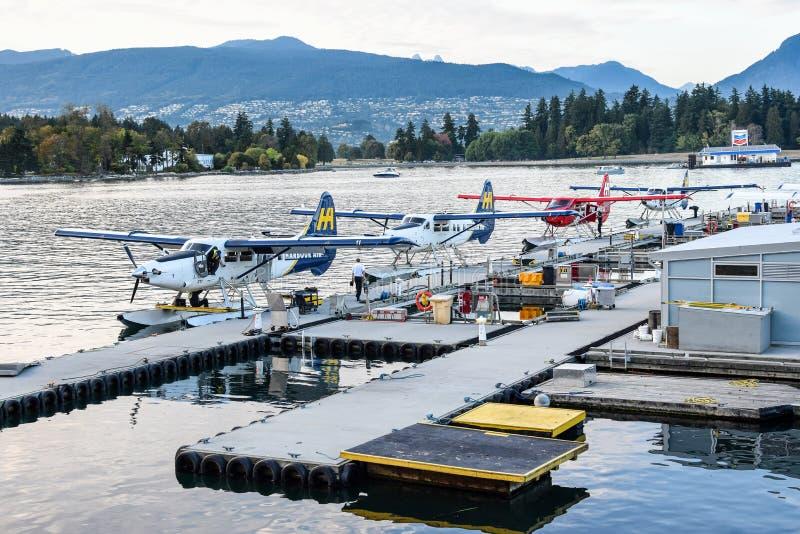 Los hidroaviones/flotador del aire del puerto acepillan los aviones pontónes atracados en el puerto del carbón, Vancouver, con  foto de archivo