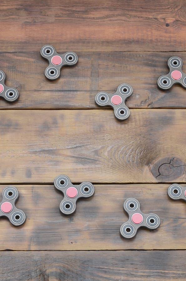 Los hilanderos de madera hechos a mano raros de una persona agitada mienten en una superficie de madera marrón del fondo Juguetes imagen de archivo libre de regalías