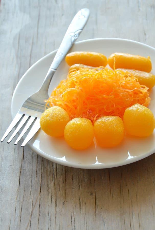 Los hilos de oro y la goma de la haba con la yema de huevo eluden las bolas cocinadas en caramelo tailandés clasificado jarabe en fotografía de archivo libre de regalías