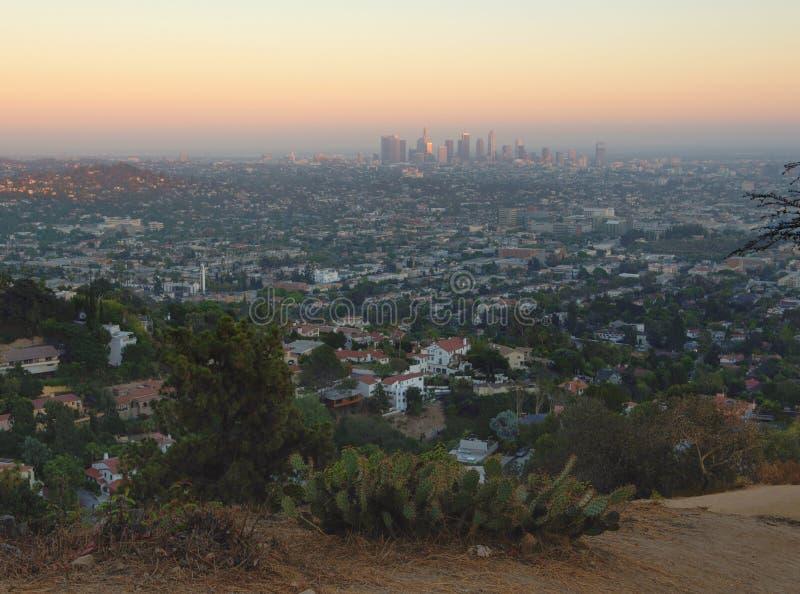 Los Hoekenstad bij zonsondergang met heuvelvoorgrond, Californië, de V.S. royalty-vrije stock foto's
