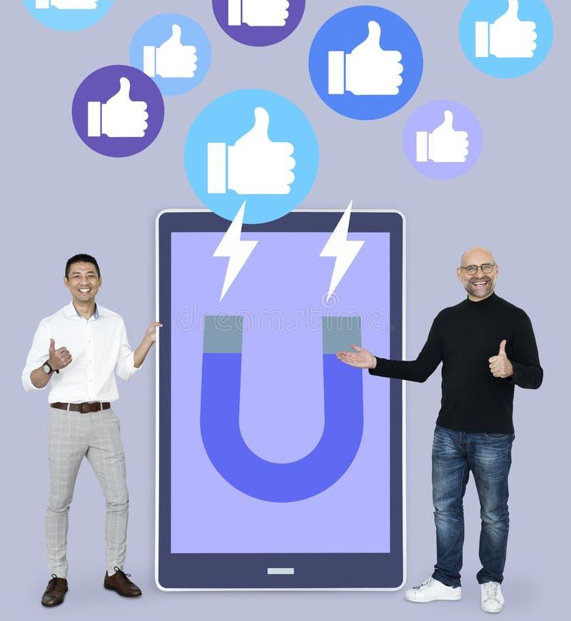 Los hombres alegres con la atracción de medios sociales les gustan los pulgares encima de iconos imagen de archivo