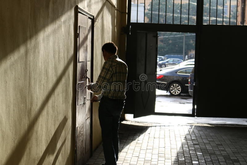 los hombres cierran un apartamento en una puerta un hierro por una cerca fotografía de archivo