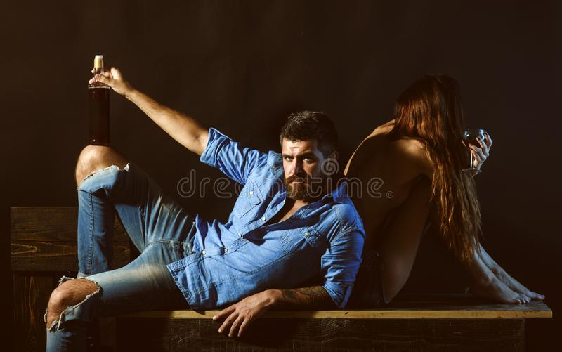 Los hombres con la mujer sensual beben el alcohol y disfrutan del momento Relajando y disfrutando de concepto Pares románticos qu foto de archivo
