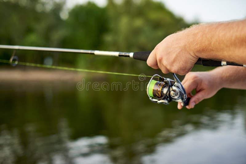 Los hombres dan guardado el hacer girar en el fondo del río fotos de archivo