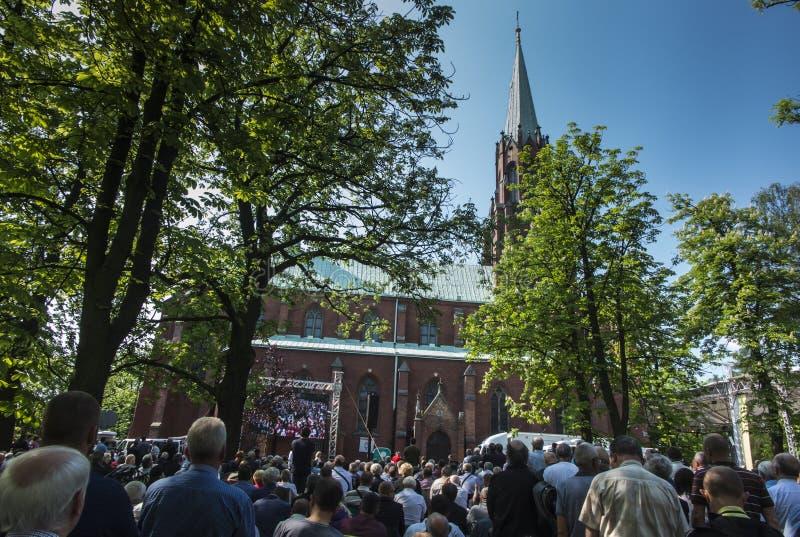 Los hombres de la gala y el peregrinaje anuales de las juventudes a nuestra señora de Piekary Slaskie imagenes de archivo