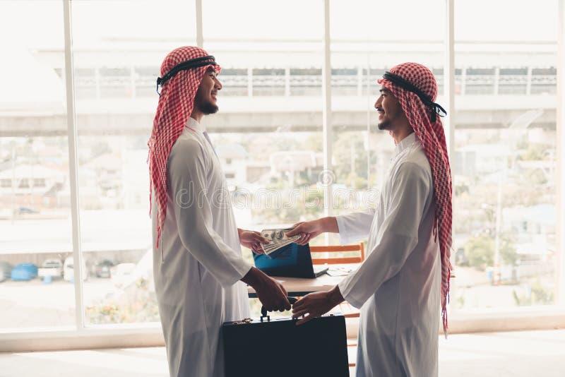 Los hombres de negocios árabes son apretón de manos después de tratar acertado , Retrato del hombre de negocios árabe que sacude  fotos de archivo libres de regalías