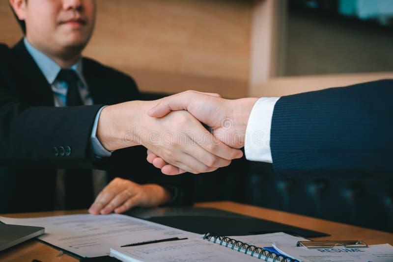 Los hombres de negocios aceptan o confirman proyecto sobre la oferta y se unen a la sacudida de las manos en la oficina fotos de archivo libres de regalías