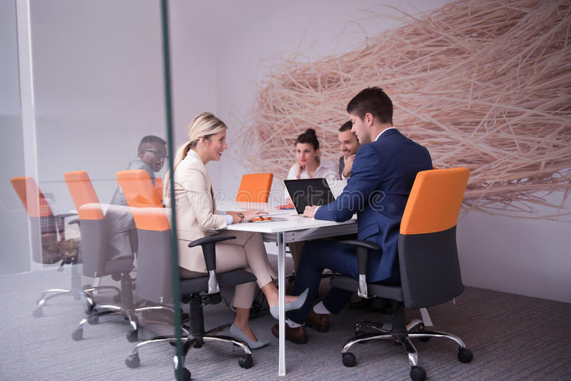 Los hombres de negocios agrupan en la oficina fotografía de archivo libre de regalías