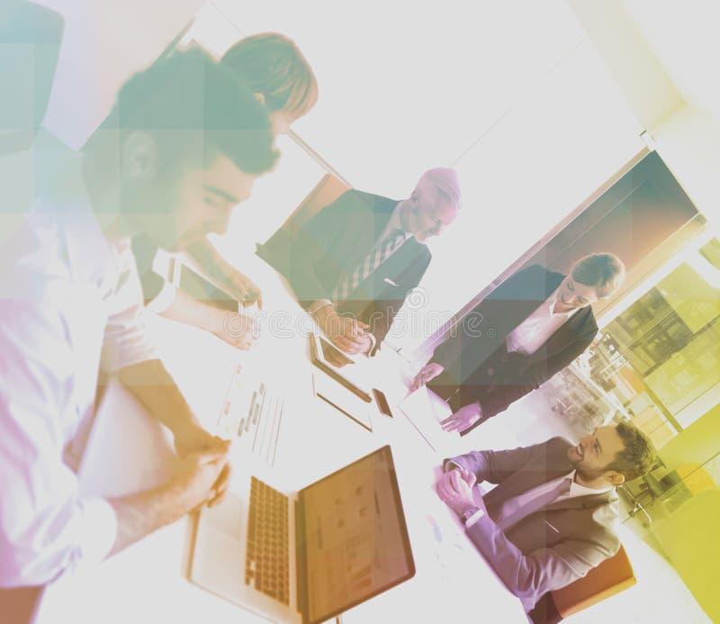 Los hombres de negocios agrupan en la reunión foto de archivo libre de regalías