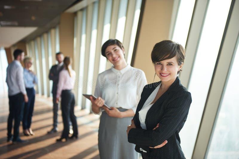 Los hombres de negocios agrupan, las hembras como líderes de equipo foto de archivo