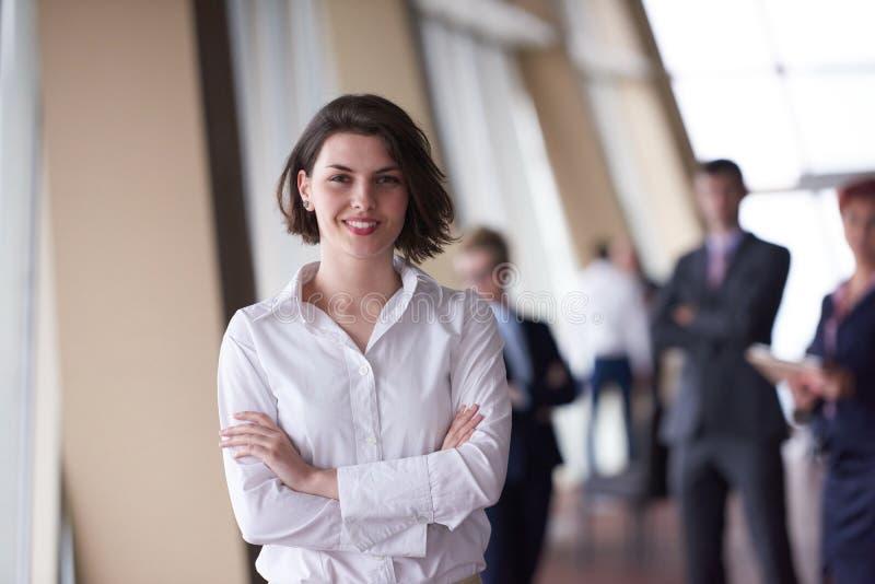 Los hombres de negocios agrupan, mujer en frente como líder de equipo imágenes de archivo libres de regalías