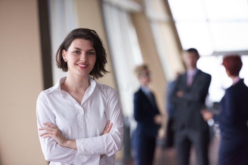 Los hombres de negocios agrupan, mujer en frente como líder de equipo fotografía de archivo