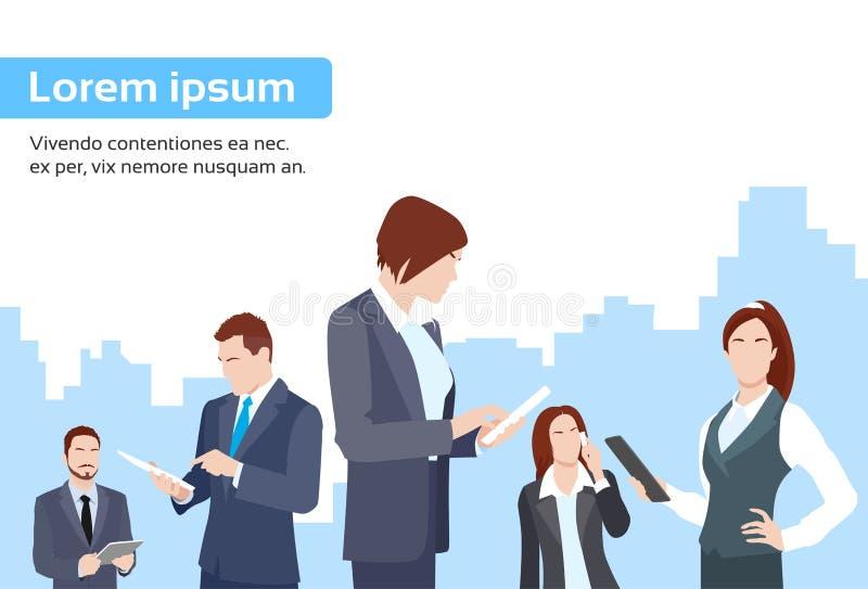 Los hombres de negocios agrupan usando la tableta ilustración del vector