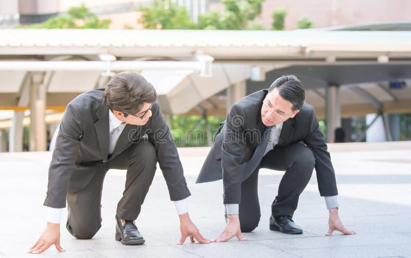 Los hombres de negocios agrupan y combinan la consultoría de gestión con el arquitecto y la secretaria del ingeniero de construcc fotografía de archivo libre de regalías
