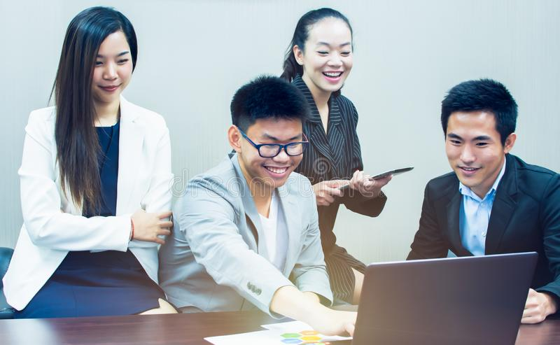 Los hombres de negocios asiáticos se están reuniendo en el cuarto foto de archivo