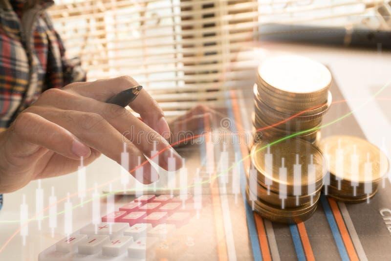 Los hombres de negocios calculan sobre coste y el hacer las finanzas en casa imagen de archivo libre de regalías