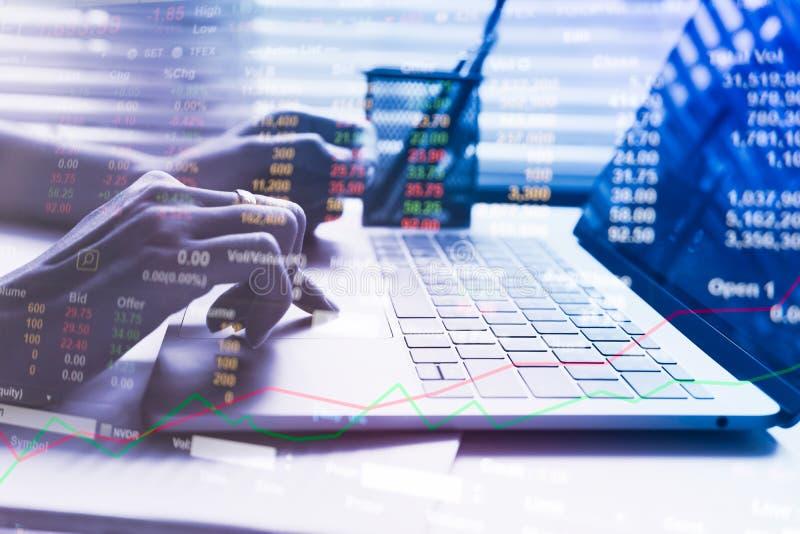 Los hombres de negocios calculan sobre coste y mercado de acción fotografía de archivo libre de regalías