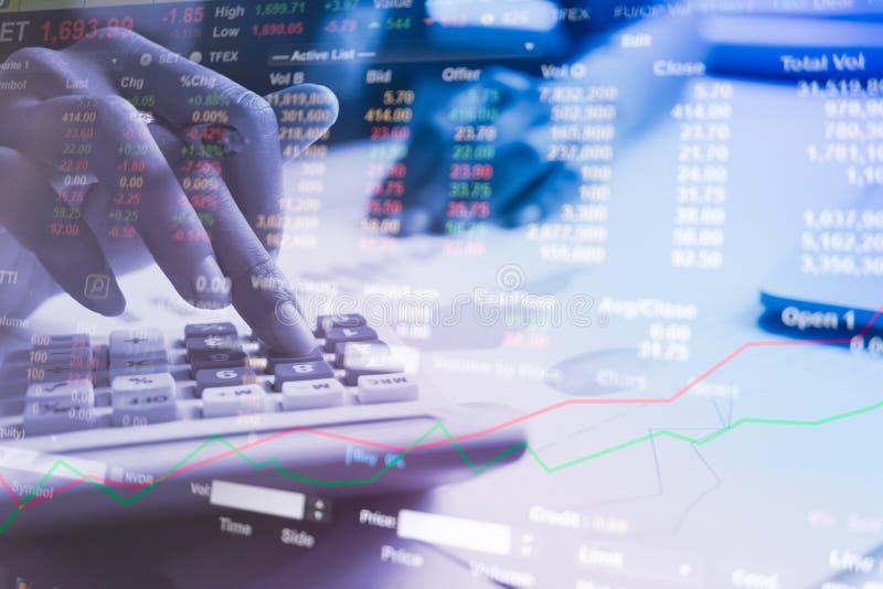 Los hombres de negocios calculan sobre coste y mercado de acción foto de archivo