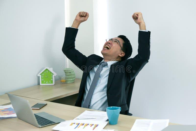Los hombres de negocios consiguen la idea y felices fotografía de archivo