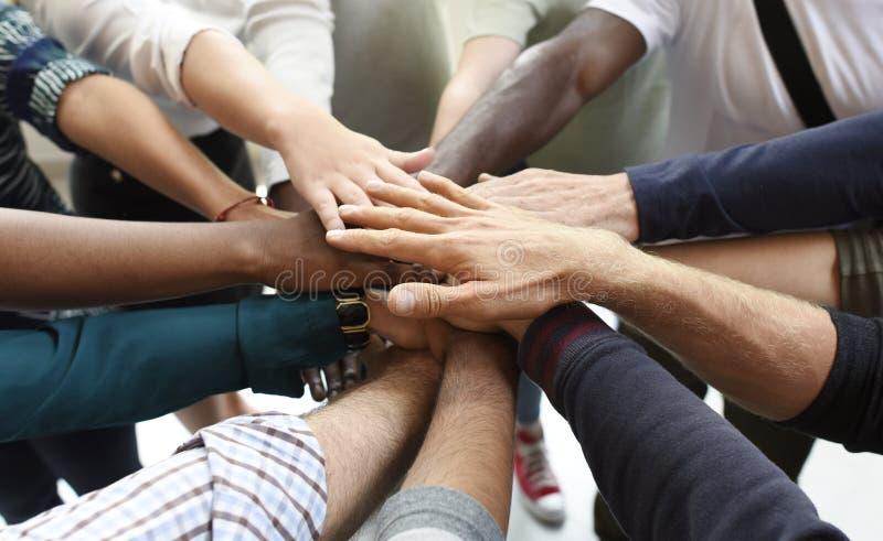 Los hombres de negocios de lanzamiento de la cooperación del trabajo en equipo dan juntos imágenes de archivo libres de regalías