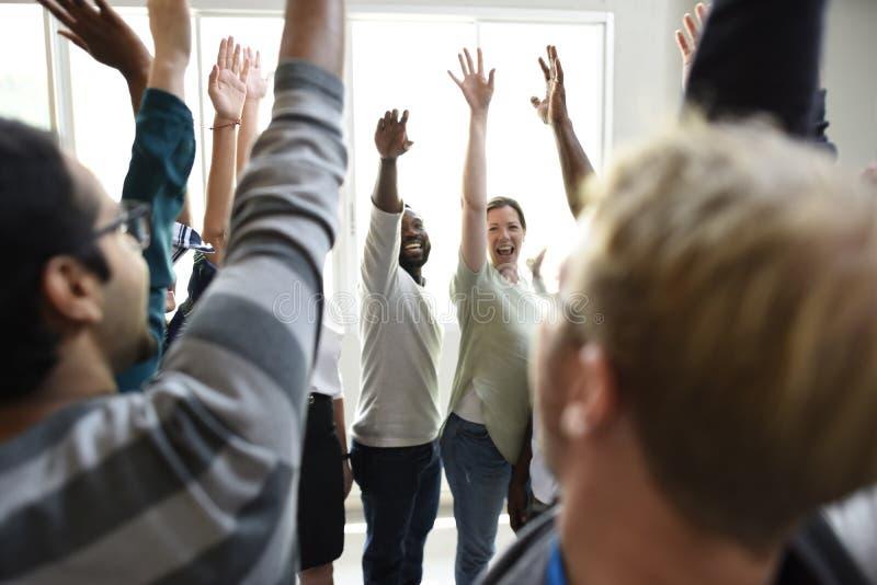 Los hombres de negocios de lanzamiento del trabajo en equipo de las manos de la cooperación suben el acuerdo imágenes de archivo libres de regalías