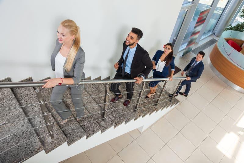 Los hombres de negocios del grupo de las escaleras del paseo suben al hombre de negocios And Businesswoman Team fotografía de archivo libre de regalías