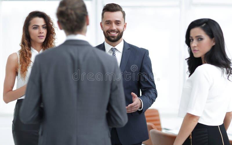 Los hombres de negocios discuten la situación en oficina fotografía de archivo libre de regalías