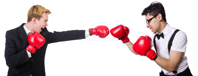 Los hombres de negocios divertidos de los boxeadores en el blanco foto de archivo