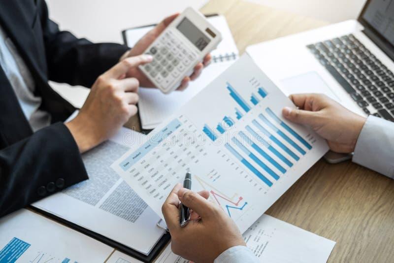 Los hombres de negocios ejecutivos combinan la reunión de reflexión en la reunión al funcionamiento del proyecto de inversión del imágenes de archivo libres de regalías