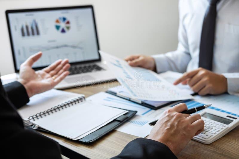 Los hombres de negocios ejecutivos combinan la reunión de reflexión en la reunión al funcionamiento del proyecto de inversión del fotografía de archivo libre de regalías