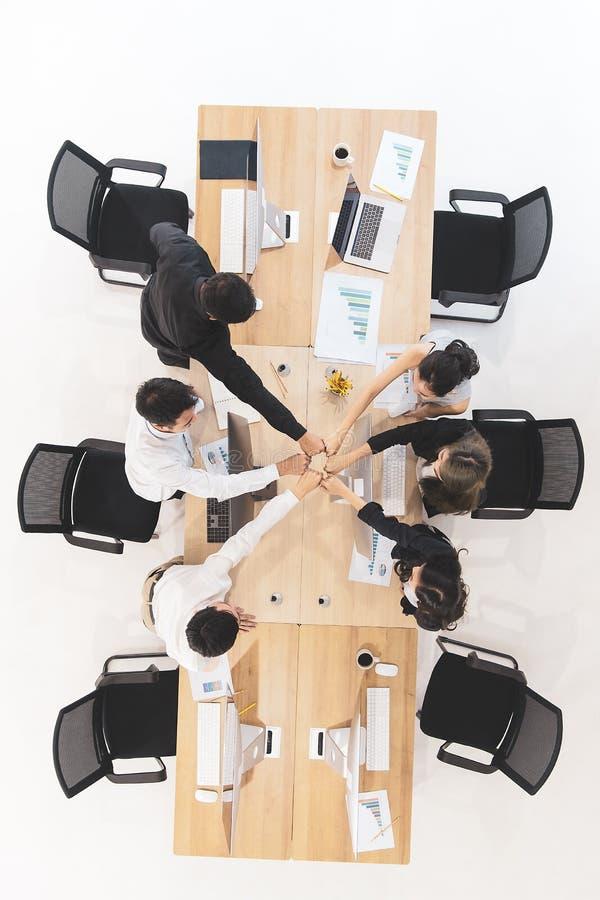 Los hombres de negocios en equipo dan confianza a otras imagen de archivo libre de regalías