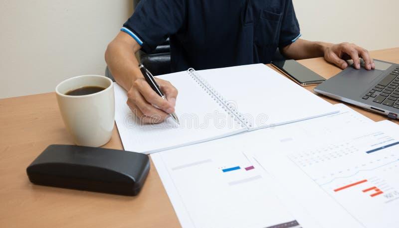 Los hombres de negocios están elaborando la información a los trabajos de la presentación a los clientes fotos de archivo