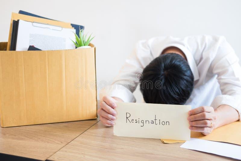 Los hombres de negocios están llevando a cabo el documento de la dimisión y a la compañía personal que embala en el trabajo cambi imagen de archivo