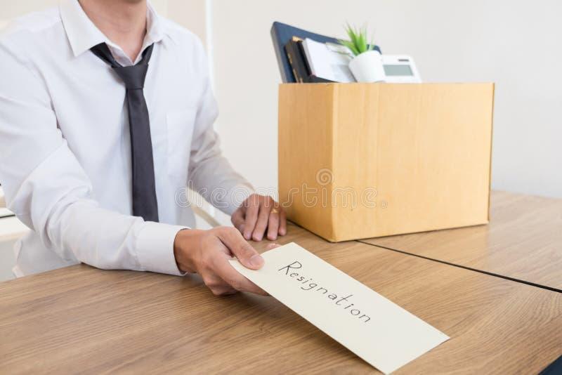 Los hombres de negocios están llevando a cabo el documento de la dimisión y a la compañía personal que embala en el trabajo cambi imagenes de archivo