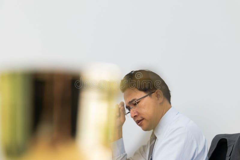 Los hombres de negocios están reflexionando imagenes de archivo
