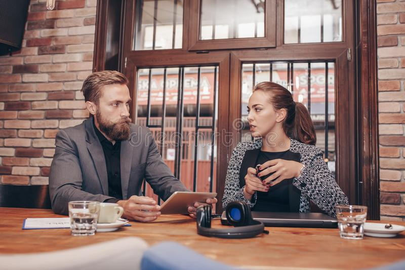 Los hombres de negocios están utilizando la tableta digital en café fotografía de archivo