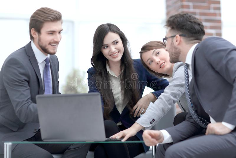 Los hombres de negocios hermosos están utilizando un ordenador portátil durante el conferen foto de archivo