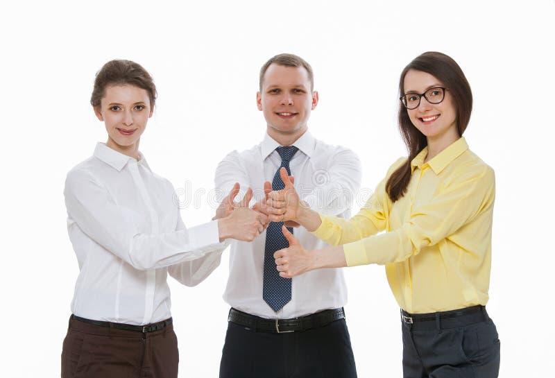 Los hombres de negocios jovenes acertados que muestran los pulgares suben la muestra imagen de archivo