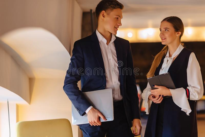 Los hombres de negocios jovenes individuo y muchacha en un interior acogedor han estado de acuerdo, negocio e independiente fotos de archivo